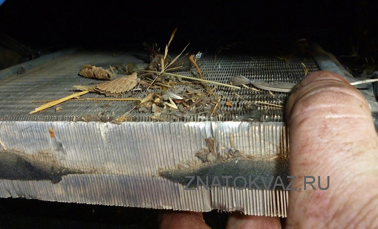 Снимаем радиатор печки