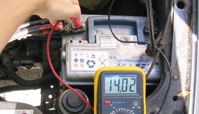 проверяем напряжение аккумулятора автомобиля