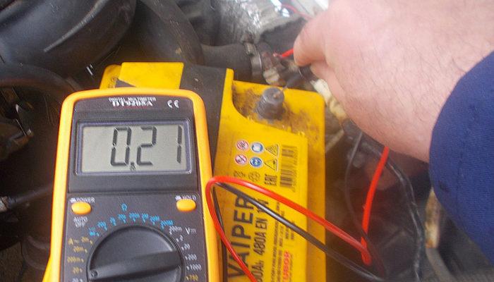проверяем ток утечки акб мультиметром